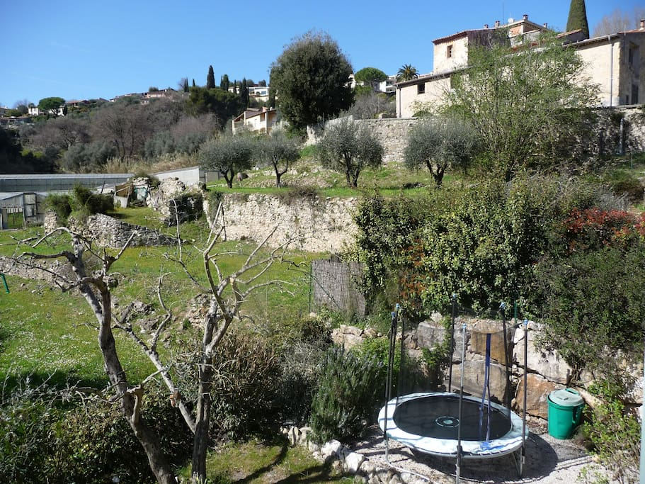 Au calme, vue depuis le chambre parentale sur une Olivaie, trampoline dans le jardin