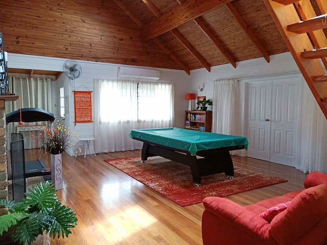 Unique Home, Pool, Room for Boat. Groups Welcome.