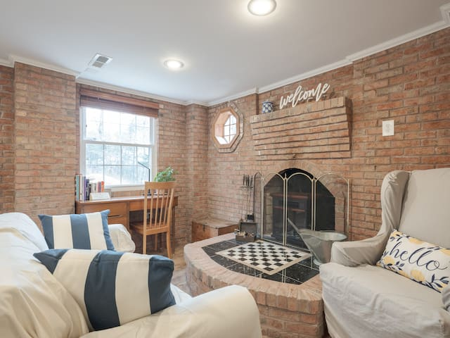 Brick House: 2 BR Apartment near BWI, Annapolis