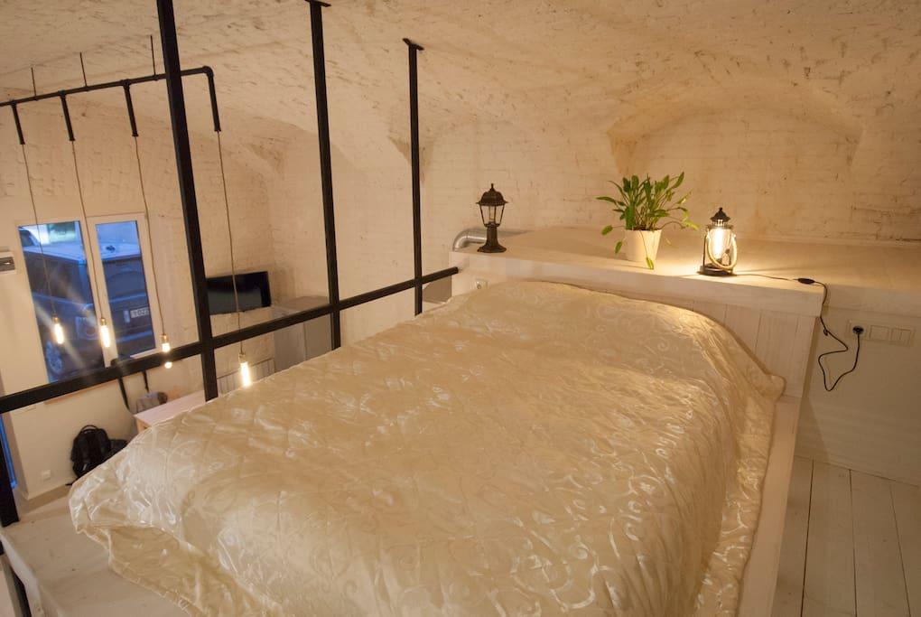 Антресоль с просторным спальным местом для двоих.