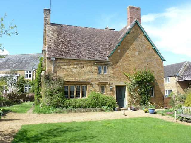 Stunning old Farmhouse with enclosed gdn, Milton