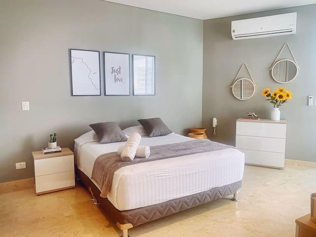 dormitorio con balcón y vistas al mar