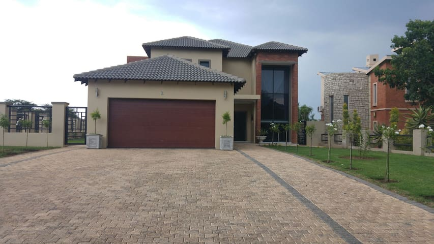 Mordern and cozy home away - Willow Acres Estate, Gauteng, ZA - House