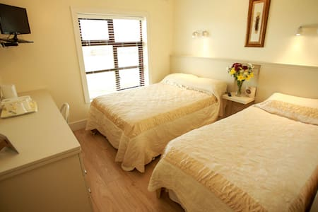 TWIN/TRIPLE ROOM - Bed & Breakfast