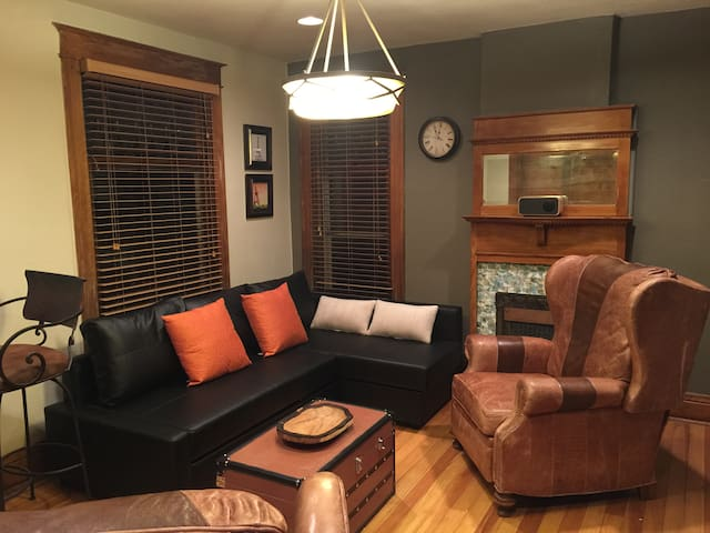 1 Bd Unit in Capitol Hill with Parking