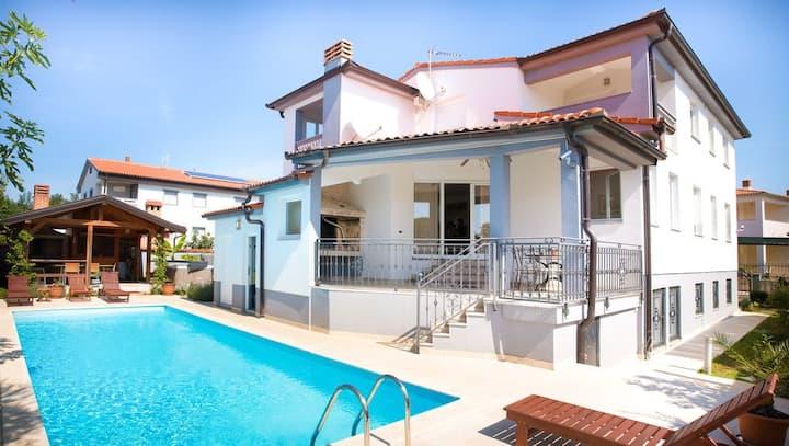 Villa Brioni- Luxury, Location and Convenience