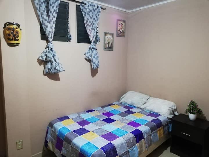 Habitación con entrada independiente, baño privado