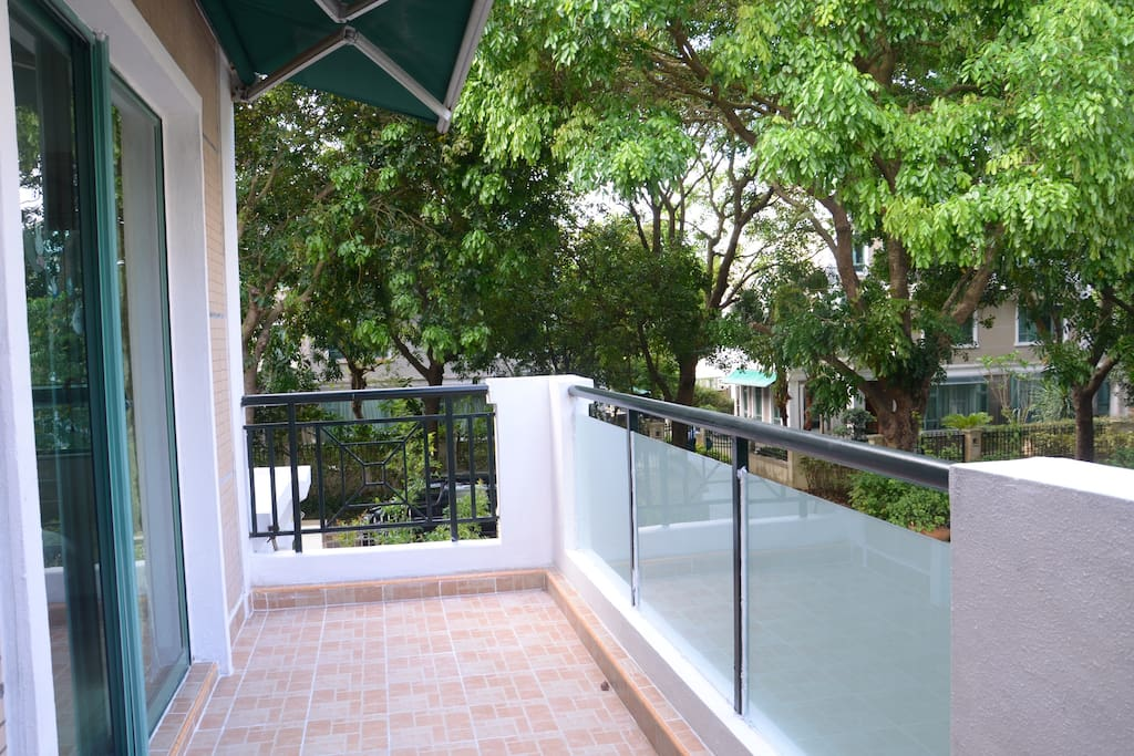 大阳台让绿树包围着