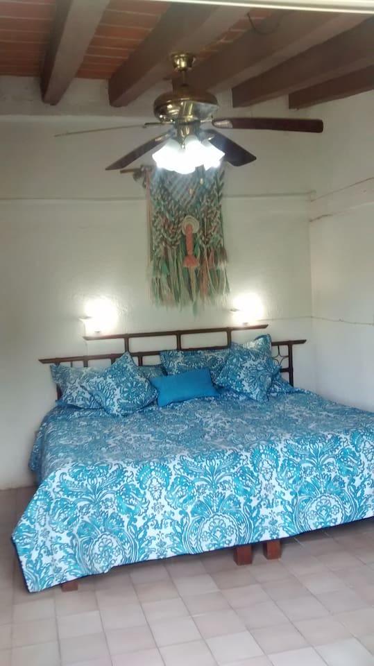 Dos camas individuales con vista al jardín