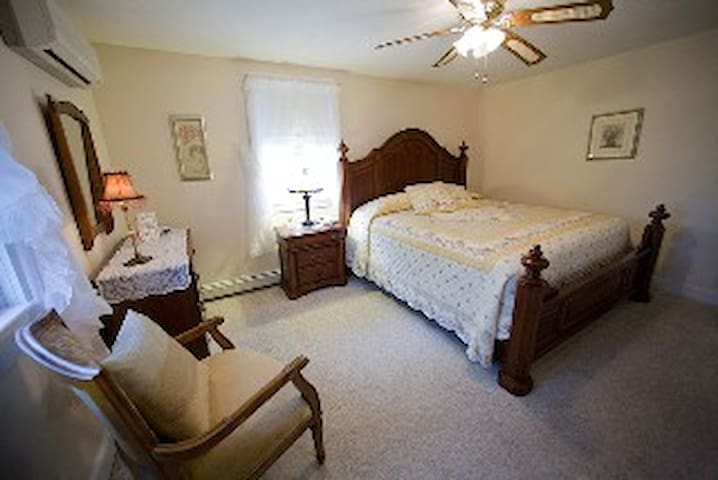 Private Room in B&B - Room 113