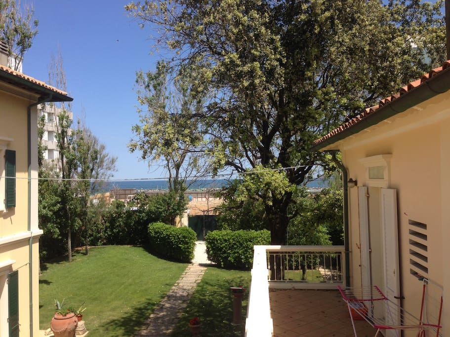 il mare difronte a casa ; the sea in front of the house;