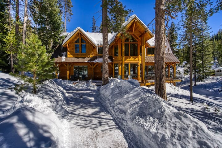 Luxury cabin (sleeps 10) close to Mt Bachelor/Bend