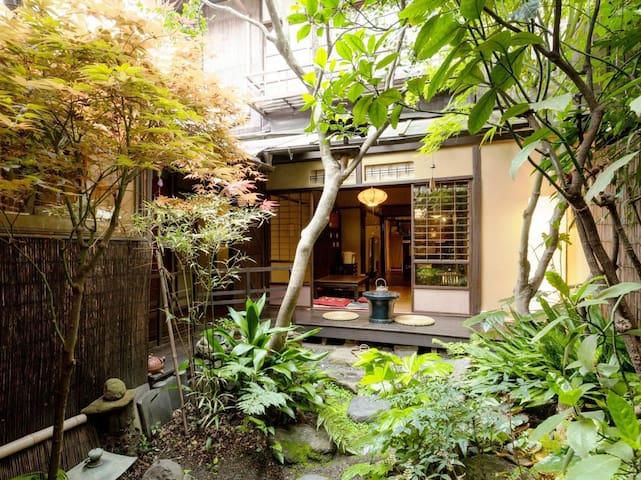 和楽庵【Deluxe】Garden View room 100 Year old Machiya Guest House (up to 4 people/20㎡) 中庭を望む和室 築100年の町家ゲストハウス