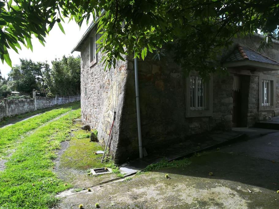 Casa de piedra desde uno de los accesos