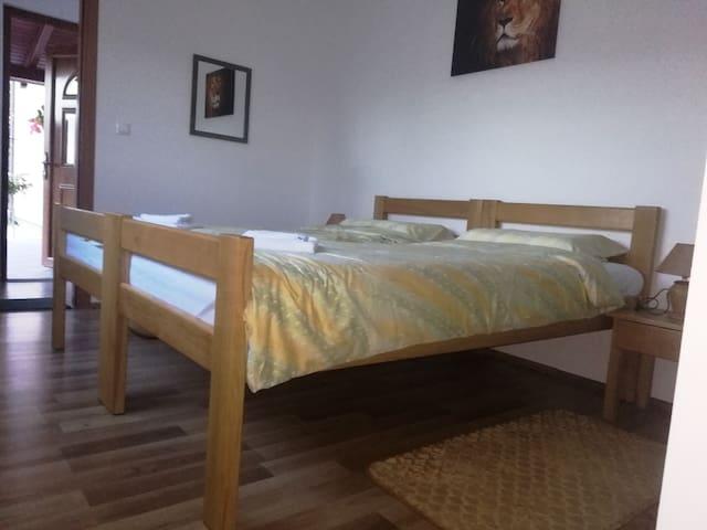 Bračni krevet sobe br.2 dimenzija 180*200. Krevet se može i razdvojiti. u prostoriji do kupaone se nalazi i treći krevet dimenzija 90*200cm