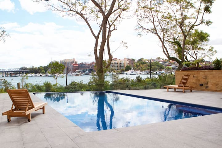 Brand new, spacious apt. harbour views, pool & gym