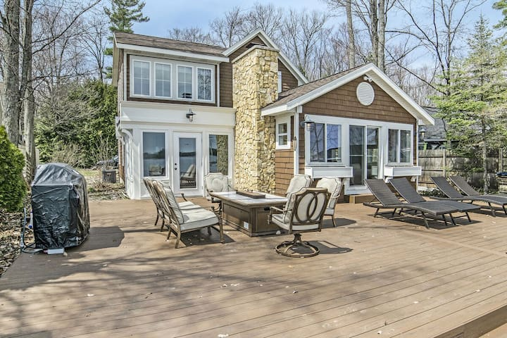 EXECUTIVE STYLE HOME ON LONG LAKE IN TRAVERSE CITY, MI
