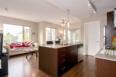 Hotel like Queen bed + Private bath Master bedroom - Surrey - Appartement