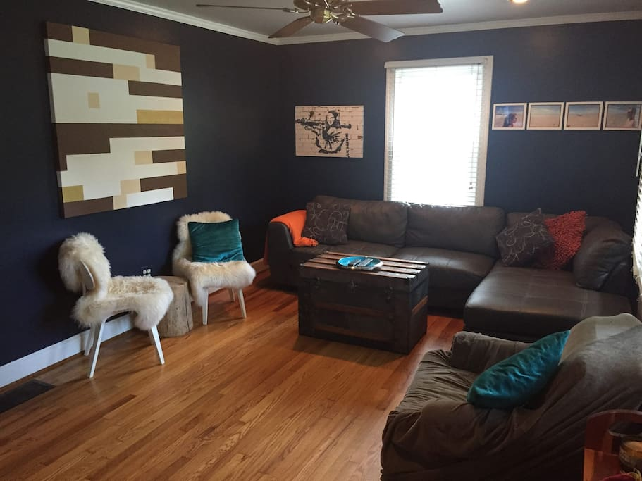 Living room comfortably seats 6