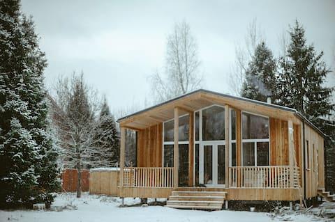 Уютный дом со стильным интерьером и  выходом в лес