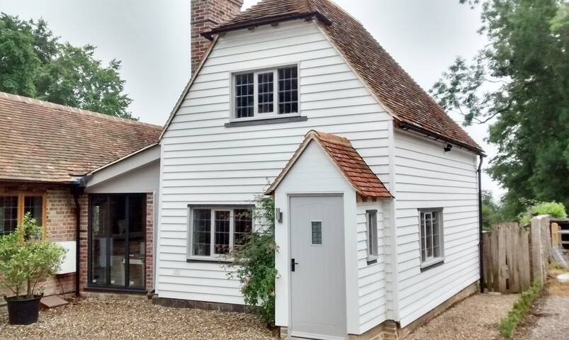 Cosy Characterful Cottage with countryside views.