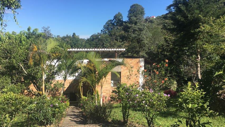 Casa bonita, situada dentro de una zona de bosques