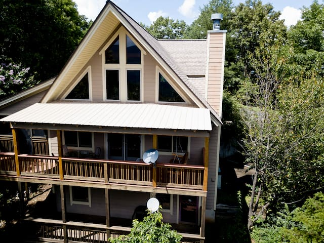 Eagle Nest Beautiful Upscale cabin in Blairsville, GA.  Mountain Views,