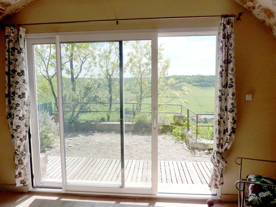 Baie vitrée donnant sur la terrasse.