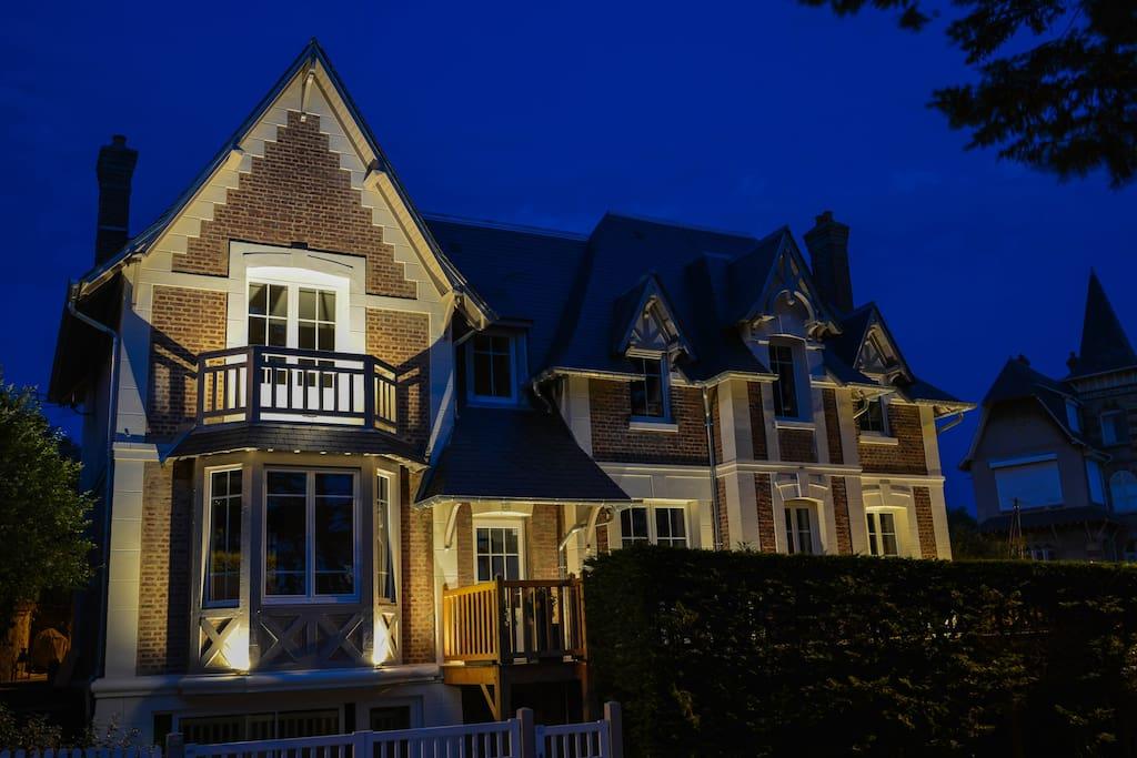 Villa sécurisée Éclairage nocturne et alarme