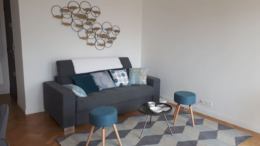 Salon avec canapé 3 places face à la mer
