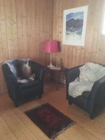 Vardagsrummet vid braskaminen