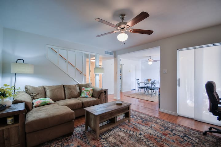 2BD Biltmore Fashion Townhome~tennis/pool/cable!