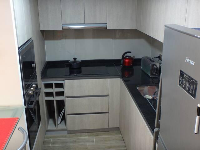 Cocina equipada con horno eléctrico y microondas Teka