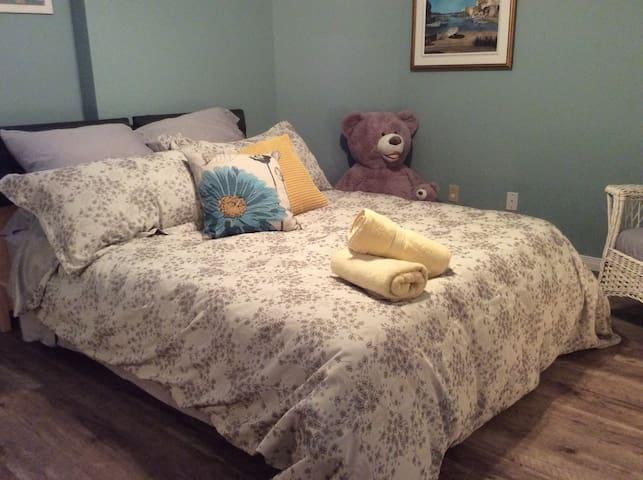 Chambre avec lit queen. - Cantley
