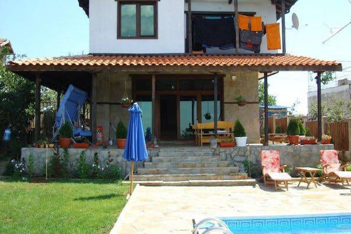 Family house with pool for 6/8. - Varna - House
