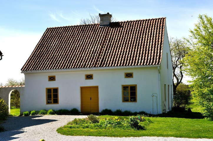 Lovely limestone farm cottage - Visby - Houten huisje