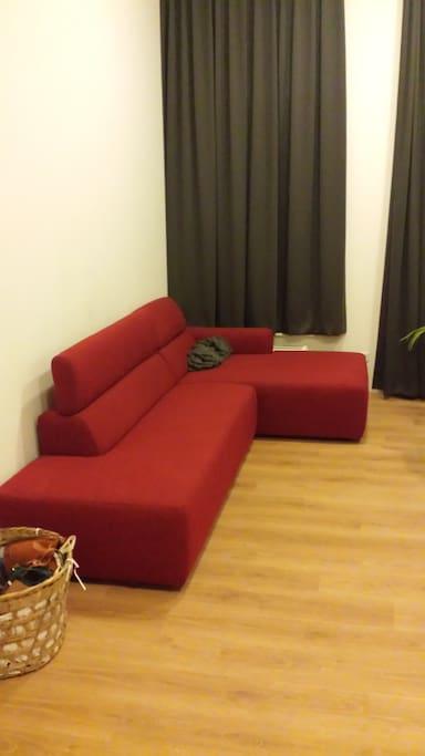 Comfortabele bank, 3.6 meter hoge ruimte!