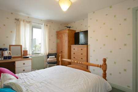 Spacious room , great local links - BRADFORD