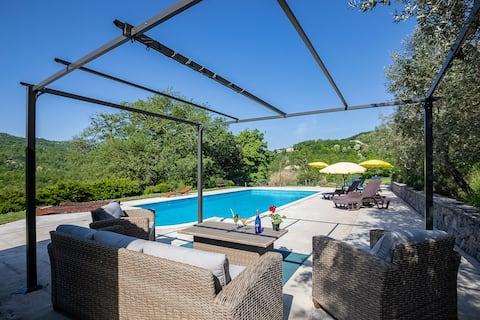 可愛的套房花園和遊泳池