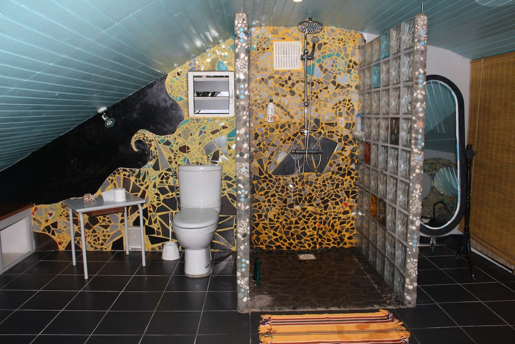 Vous trouverez la salle de bain près de votre chambre.