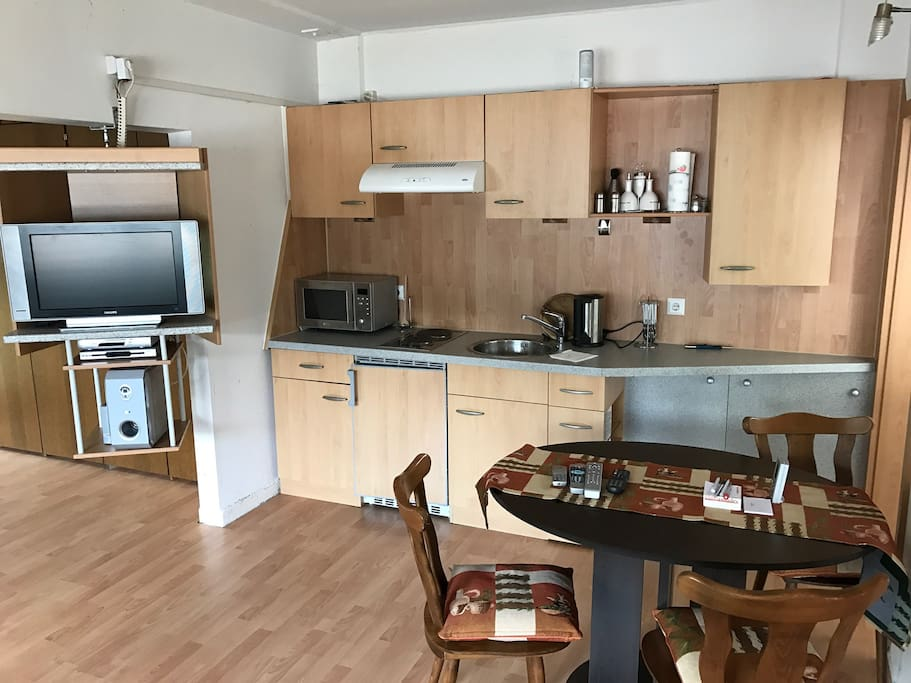 Wohnraum mit kleiner Küche