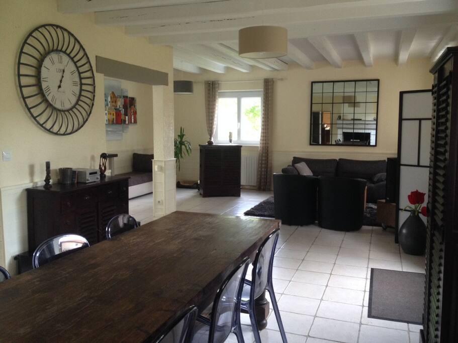 Maison très claire avec beaucoup d'ouvertures. Salon et salle à manger sur 60 m2.  Canapé convertible 2 places si besoin