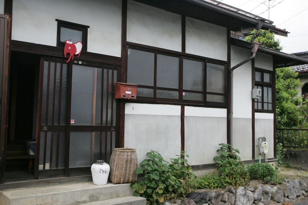 外観。正真正銘の土壁です。昭和の暮らしが感じられます。
