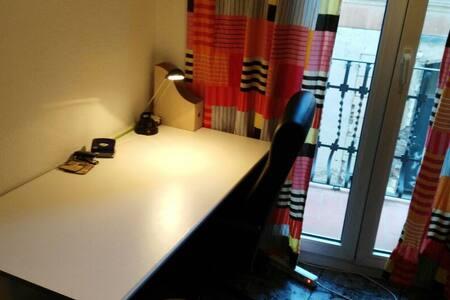 Park Güell-Habitación  Desktop con Balcón