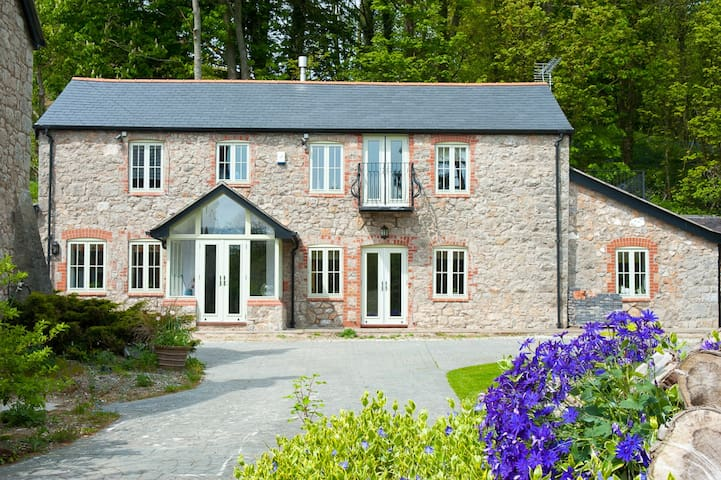 Luxury Welsh Barn Conversion - Trelawnyd