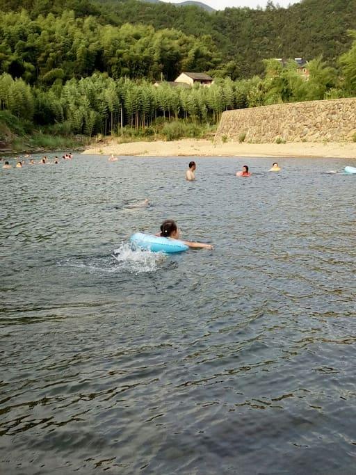 女儿在小溪戏水!