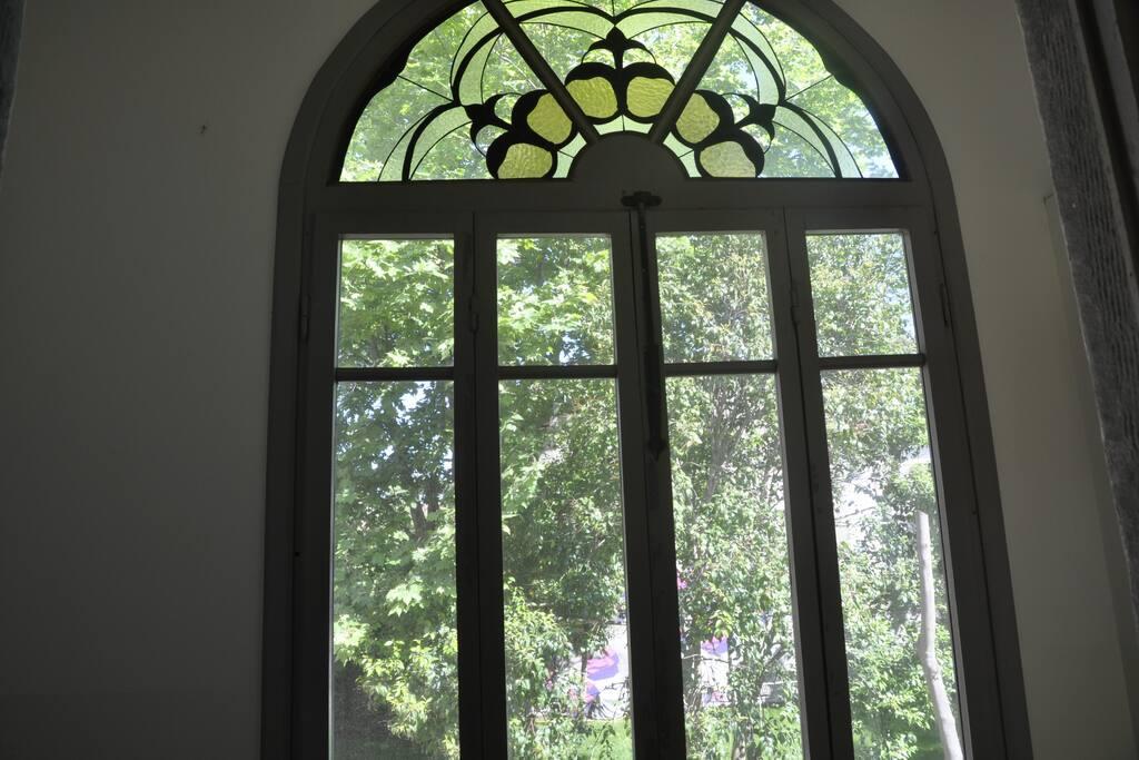 La casa ha tutte le finestre interne al giardino privato di Villa Carmen