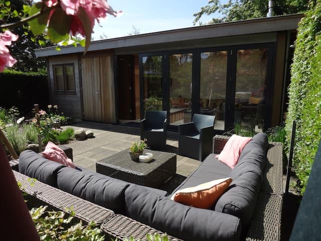 B&B Sun-drenched Garden Chalet - Hillegom - Bed & Breakfast