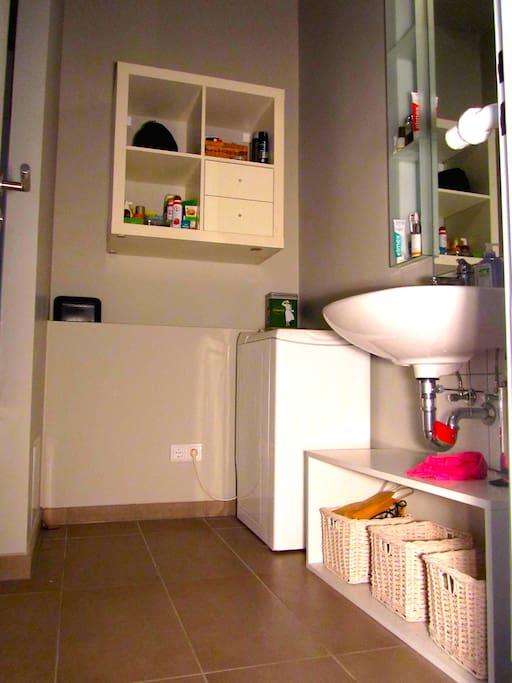 Vollbad mit Waschmaschine und separatem WC