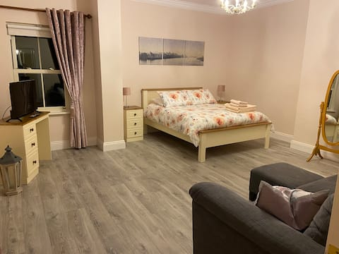 Beautiful Apartment in ideal location, Sleeps 4